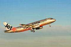 Trafikflygplan för stråle för Jetstar flygbuss A320 i luften Arkivfoton