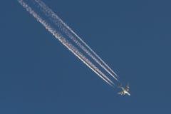 Trafikflygplan för stråle som A380 gör strimmig över himlen Royaltyfri Bild