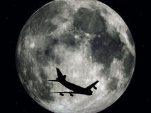Trafikflygplan framme av månen Arkivfoto