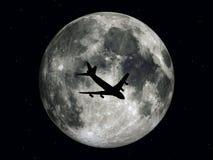 Trafikflygplan framme av månen Royaltyfri Fotografi