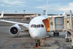 Trafikflygplan på en flygplats royaltyfri bild