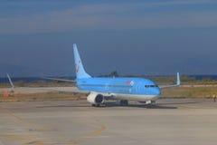 Trafikflygplan på landningsbana royaltyfri fotografi