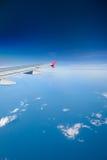 Trafikflygplan som flyger över moln Arkivbilder