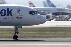 Trafikflygplan som tar av Royaltyfria Bilder