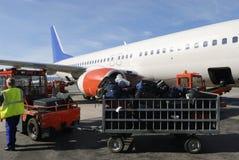 trafikflygplanet fyllde på resväskor Arkivbild