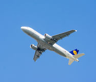 Trafikflygplanflyg på blå himmel Arkivbild