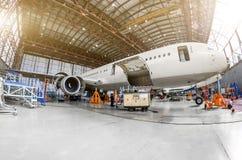 Trafikflygplanflygplan i en hangar till servicen arkivbild