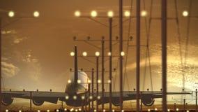 Trafikflygplanlandning för flygbuss A340-600 på flygplatsen mot härlig solnedgånghimmel