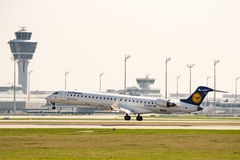 Trafikflygplanlandning på Munich ariport Royaltyfria Bilder