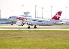 Trafikflygplanlandning på Munich ariport Arkivbilder