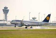 Trafikflygplanlandning på Munich ariport Fotografering för Bildbyråer
