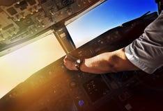 Trafikflygplanpilot på arbete - sikt från cockpiten Arkivbild