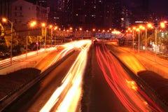 Trafikhuvudväg i natten Shanghai Arkivfoto