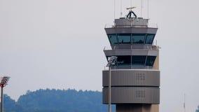 Trafikkontrolltorn på den internationella flygplatsen stock video
