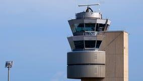 Trafikkontrolltorn på den internationella flygplatsen arkivfilmer