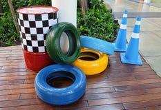 Trafikkottar med målade gummihjul och trafiktrummor Royaltyfri Bild