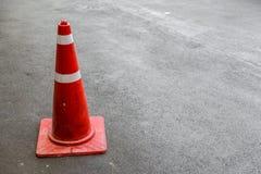 Trafikkottar på mörk asfalt, kopieringsutrymme Arkivfoton