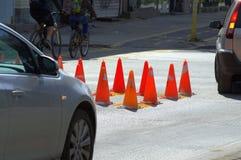 Trafikkottar på stadsgatan Arkivbild