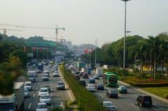 Trafiklandskap i det Shenzhen avsnittet av vägen för 107 medborgare Arkivfoton