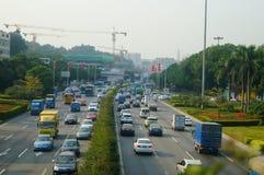 Trafiklandskap i det Shenzhen avsnittet av vägen för 107 medborgare Arkivbilder