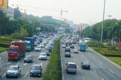 Trafiklandskap i det Shenzhen avsnittet av vägen för 107 medborgare Arkivfoto