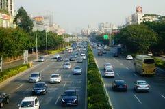 Trafiklandskap i det Shenzhen avsnittet av vägen för 107 medborgare Arkivbild