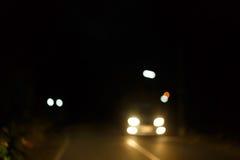 Trafikljus av körning av bilen på vägen för stadsnattgata Royaltyfria Foton