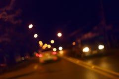 Trafikljus av körning av bilen på vägen för stadsnattgata Arkivfoto