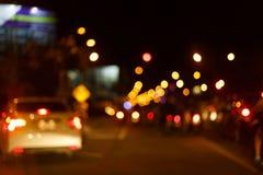 Trafikljus av körning av bilen på vägen för stadsnattgata Arkivfoton