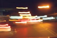 Trafikljus av körning av bilen på vägen för stadsnattgata Fotografering för Bildbyråer
