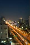 Trafikljus av nattstaden Arkivbilder