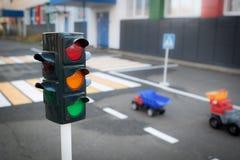 Trafikljus, bilar och övergångsställe arkivbilder