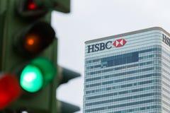 Trafikljus bredvid den HSBC banken Arkivbild
