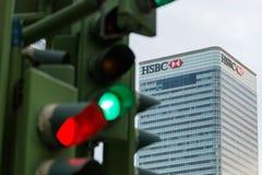 Trafikljus bredvid den HSBC banken Arkivfoto