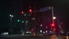 Trafikljus för Abu Dhabi stadsgata på natten stock video