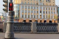 Trafikljus för gångare på en gatabakgrund arkivbild