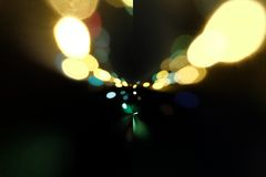 Trafikljus i bakgrunden med görande suddig fläckar av ljus Arkivfoto