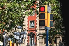 Trafikljus i en stadsgata som förbjuder passagen av ve royaltyfria foton