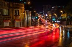 Trafikljus i nattstaden, Vladivostok Ryssland Royaltyfri Bild