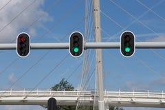 Trafikljus med den Calatrava bron Arkivfoto