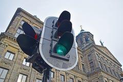 Trafikljus med Royal Palace i bakgrunden på fördämningfyrkanten Fotografering för Bildbyråer