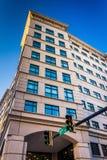 Trafikljus och byggnad i i stadens centrum Wilmington, Delaware fotografering för bildbyråer