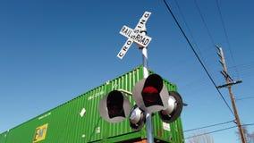 Trafikljus- och drevsändningsmassor av last i city arkivfilmer