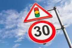 Trafikljus och hastighetsbegränsning 30 km per timme fotografering för bildbyråer