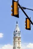 Trafikljus och torn av det Philadelphia stadshuset - amerikansk nationell historisk gränsmärke Arkivfoto