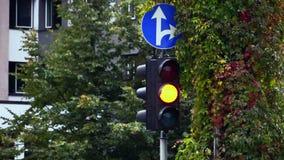 Trafikljus och vägmärke stock video