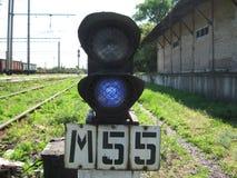 Trafikljus på en typisk järnvägsstation Arkivbilder