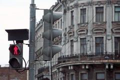 Trafikljus på gammal fasad Fotografering för Bildbyråer