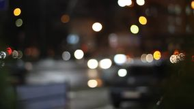 Trafikljus på natten i gatan stock video