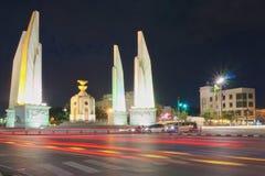 Trafikljus på natten på genomskärning av demokratimonumentet Arkivbilder